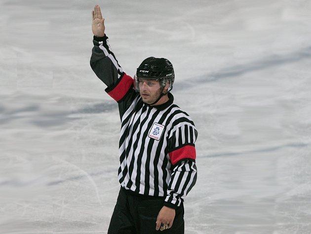 VOLNÝ ČAS. Ten tráví Tomáš Lidák coby hokejový rozhodčí na ledové ploše.