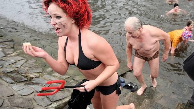 Zahrát si vodní pólo na Nový rok se rozhodli brněnští otužilci.