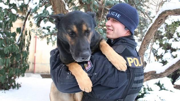 Psovod a jeho pes Marko, který zloděje vypátral.
