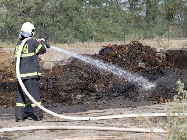 Hasiči museli v Chrlicích bojovat až s tří metrovými plameny.