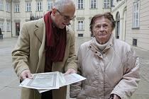 Právník Edward Fagan přijel do Brna pátrat po dokumentech, které by potvrdily dluhopisy vůči státu.