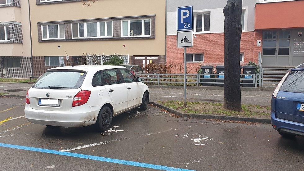 Brno ulice Botanická - parkovací místa pro motocykly