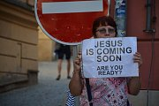 Proti uvedení hry Naše násilí a vaše násilí, v níž Ježíš znásilňuje arabskou ženu, protestovalo na brněnském Zelném trhu hned několik skupin lidí. Kromě křesťanů také pravicoví extremisté. Zasahovat musel antikonfliktní tým.