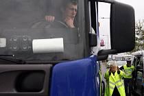 Policisté v pondělí kontrolovali kamiony.