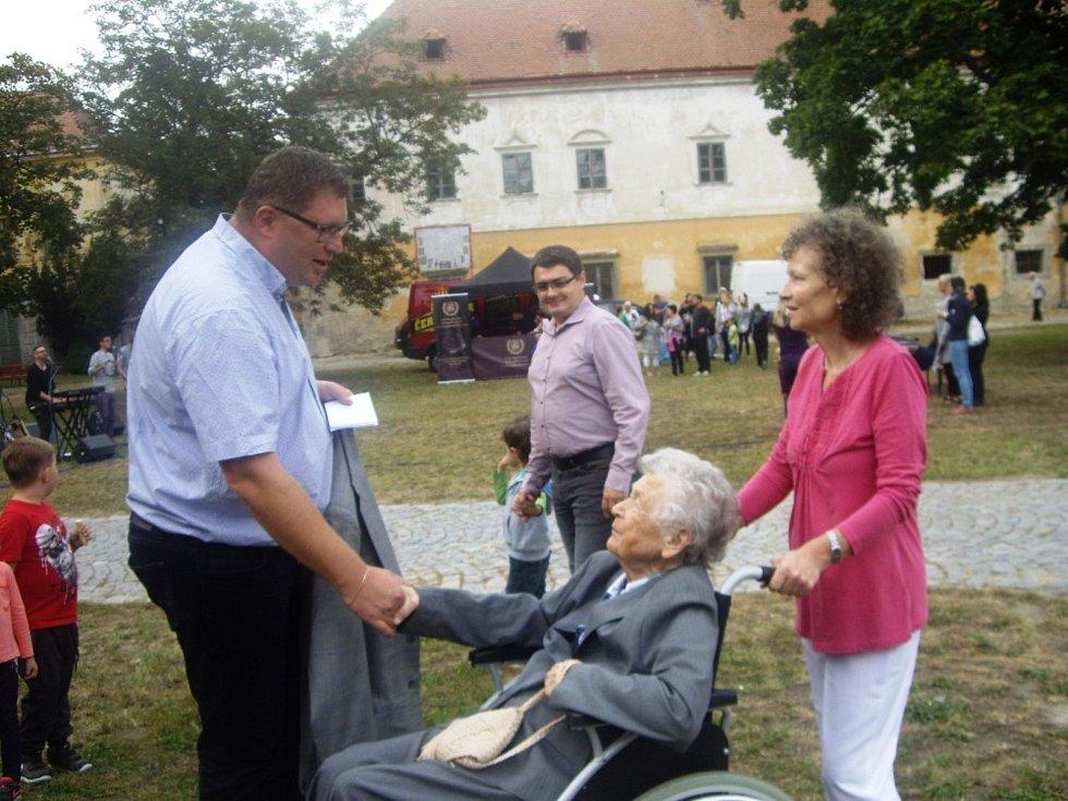 Pamětnice a dlouholetá průvodkyně Slovanskou epopejí Ludmila Slouková (na snímku uprostřed) s dcerou Janou Sloukovou a starostou Tomášem Třetinou (vlevo).