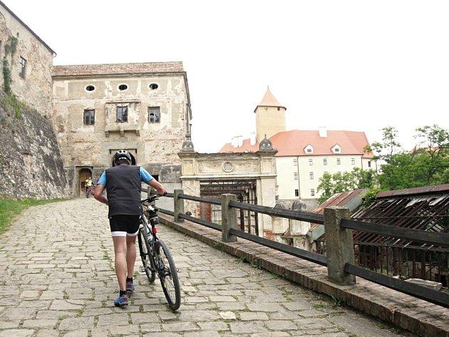 Tematickou projížďkou po obcích okolo hradu Veveří si zpříjemnili neděli někteří cyklisté. Svazek obcí Panství hradu Veveří pro ně už podruhé přichystal pětapadesátikilometrovou trasu s osmi zastávkami a tematickými úkoly.