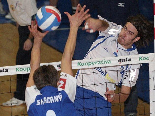 Brněnští volejbalisté (vpravo Martin Vlk) se pokusí postoupit do pohárového finále.