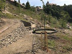 Upravenou zahradu v okolí hradu Pernštejn na Brněnsku si lidé užijí za dva roky. Nabídne jim původní objekty i místo k odpočinku.