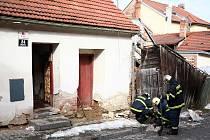 V brněnské Bystrci se v neděli zřítila část rodinného domu.