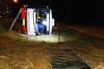 U brněnských Jehnic se v noci ze středy na čtvrtek převrátil autobus noční linky.