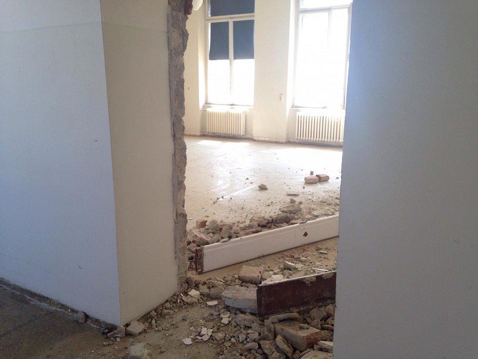 V pondělí začali stavbaři opravovat Bakešův pavilon, kde se léčí onkologicky nemocní pacienti. Rozsáhlá rekonstrukce přijde na 428 milionů korun.