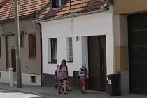 Otevřená ulice v Žebětíně, ve které bydlí Lukáš Minařík.