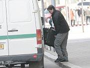Policista operující při zásahu u magistrátu.