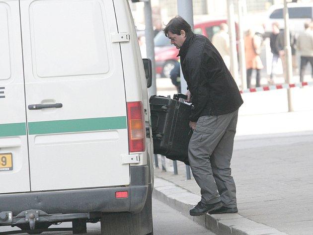 Policista odváží podezřelý kufřík.