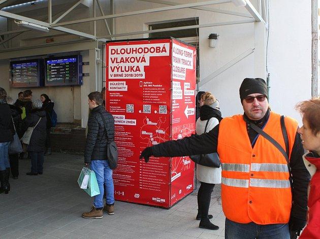 První den výluky za plného provozu: zmatení lidé, plné autobusy a málo pokladen