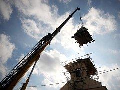 Demontáž střechy z kaple v Troubsku.