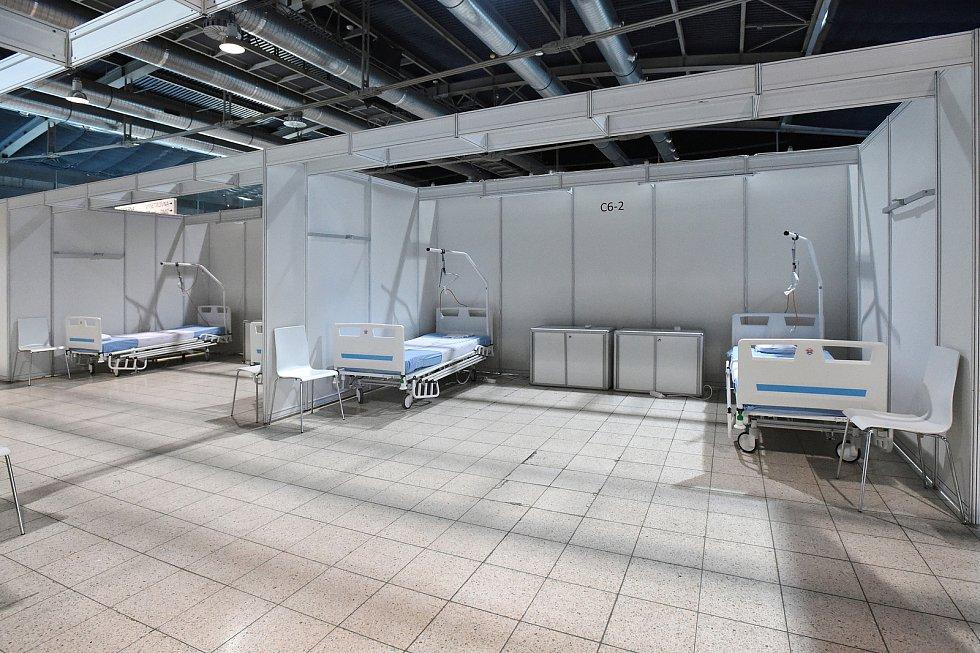 Do provizorní nemocnice na BVV v pátek dorazily první postele pro případné pacienty. S montáží a rozvozem pomáhali členové hokejového klubu Kometa Brno a hasiči.