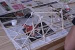 Studenti si vyzkoušeli své znalosti vpraxi. Ředitel školy vyhlásil již čtvrtý ročník soutěže ve stavbě mostu ze špejlí.