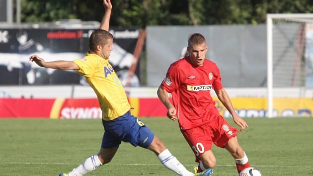 Fotbalista brněnské Zbrojovky Martin Husár (v červeném).