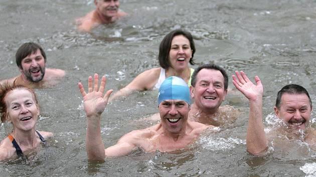 Novoroční plavání otužilců ve Svratce za tradiční účasti šestadevadesátiletého Ladislava Nicka z Olomouce.