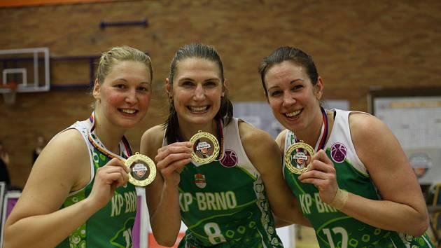 Ilona Burggrová (uprostřed)
