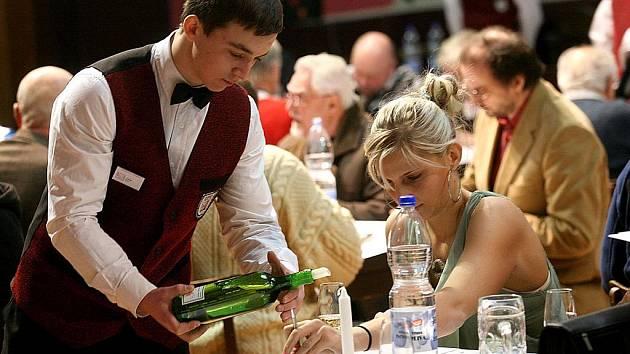 Degustátoři vybírali nejlepší vína pro výstavu.