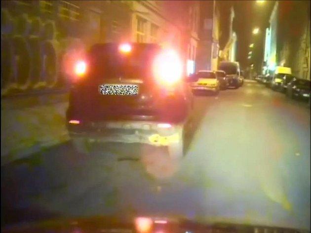Brněnským strážníkům se kolem čtvrté hodiny ráno snažil uniknout jedenadvacetiletý mladík. Nebyl pod vlivem alkoholu ani drog, svoje jednání omlouval panikou a tím, že mu to poradil spolujezdec.