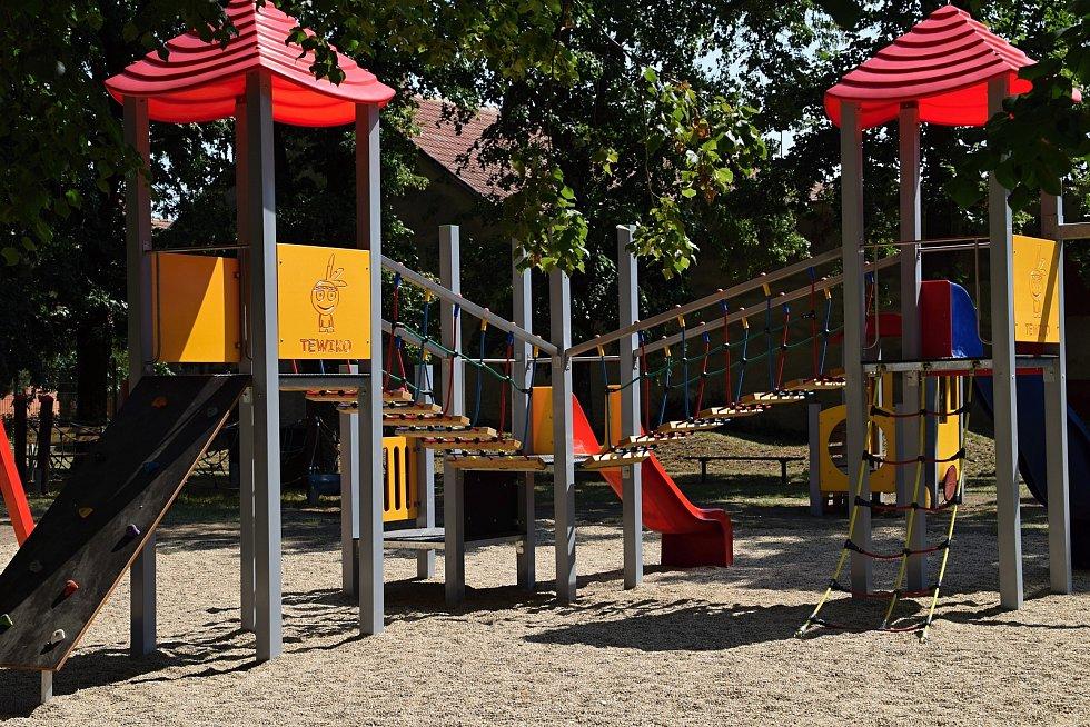 Dětské hřiště v Nové ulici v Rakvicích je pro veřejnost otevřené, naopak workoutové hřiště v Lanžhotě zavřeli.