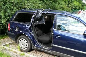 Už 2 roky straší autovrak v Pavlovské ulici v brněnských Kohoutovicích. Kolem jsou střepy. Je to nebezpečné hlavně pro děti. Navíc zabírá parkovací místo.
