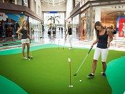 Přímo v pasáži obchodního centra vznikl minigolfový green.