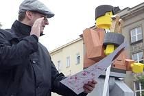 Primátor Brna Roman Onderka dostal k narozeninám sochu v životní velikosti.