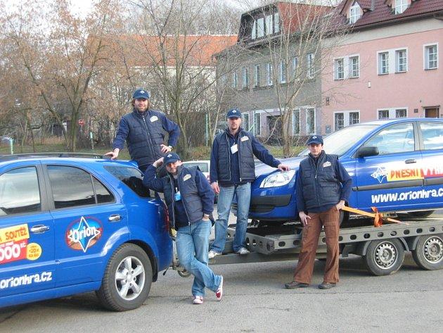 Originální Orion tým nosí modré oblečení s logem soutěže a jezdí v modrém autě Kia, které za sebou táhne přívěs. Na něm je výherní automobil s výrazným logem Orion Hvězdná soutěž.
