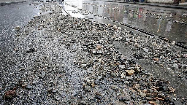 Prasklé vodovodní potrubí v Pekařské ulici v Brně ochromilo dopravu.