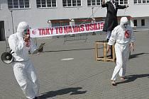 Před branami brněnského výstaviště upozornili v pondělí dopoledne na problém moderního otroctví brněnští herci pro nevládní organizaci Na zemi.