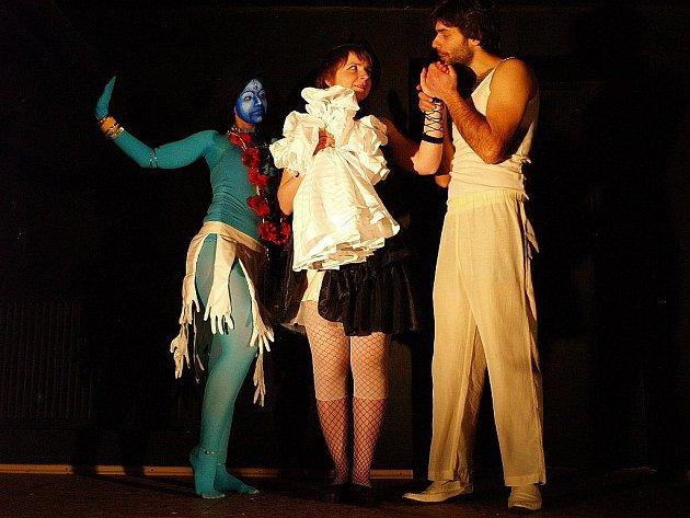 Repertoár Divadla v karanténě nabízí variaci na cirkusové představení Ciao, cornuto! nebo inscenaci Romeo a Julie s účastí romských herců (na snímku).