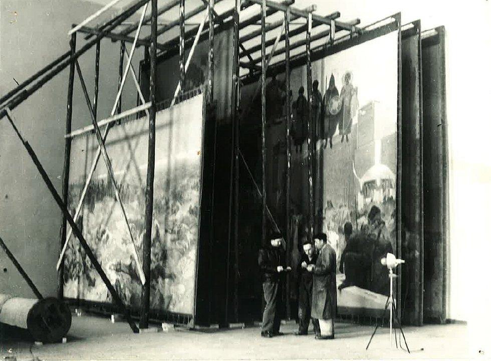 Plátna Slovanské epopeje převzali Krumlovští v roce 1950 v zuboženém stavu, po odchodu vojsk ze zámku začali nadšeně s rekonstrukcí díla.