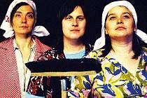Nejnověji soubor nazkoušel představení Drcla loktem vo kredenc (snímek vlevo), jehož premiéra je v ponělí a v úterý v Divadle Barka. Velké ohlasy diváků měl muzikál Malý krámek hrůz (vpravo) s hudbou ve stylu rock-and-rollu šedesátých let.