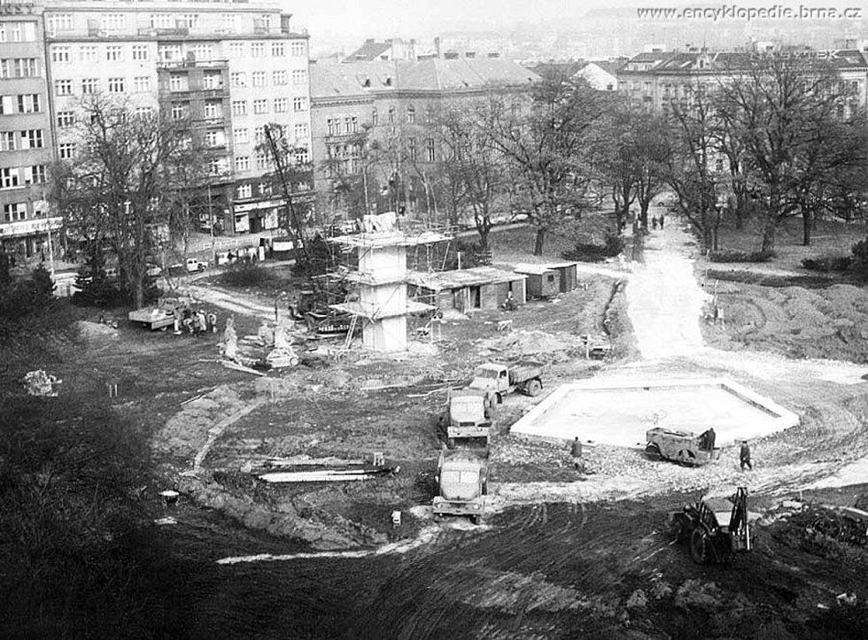 ZÁDY K PRÁCI. Jednou z dominant Moravského náměstí bývala do roku 1990 socha Komunisté. Brňané si dělali legraci, že stojí zády k práci, jelikož za nimi sídlila redakce Práce. Sousoší tvořily tři postavy, dělníka, kosmonauta a ženy.