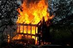 Zahradní chatku v Sedlešovicích zničil požár.