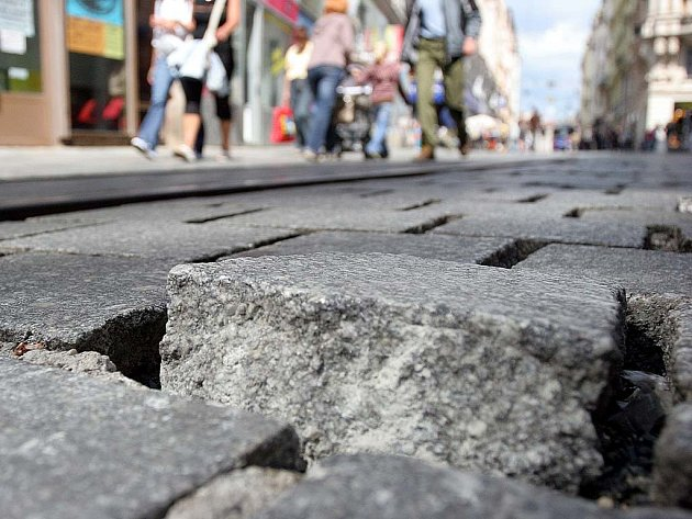 Brněnská Masarykova ulice je plná uvolněných kostek.