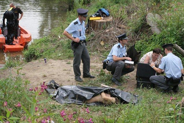 Policisté vyšetřují na místě nehody případ utonutí.