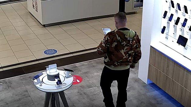 Násilníka zachytily v prodejně mobilních telefonů kamery