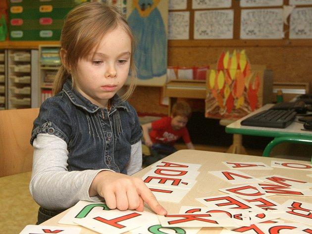 Stovky natěšených budoucích dětí z Brna se v pátek v doprovodu rodičů vydaly k zápisu do první třídy základní školy.