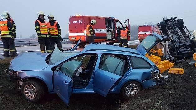 Krátce před středeční sedmou hodinou ráno vyjížděli hasiči, policisté a záchranáři k nehodě na pátém kilometru dálnice D2 ve směru na Brno. Na úrovni Rebešovic na Brněnsku se střetlo osobní auto s dodávkou, ta skončila na střeše.