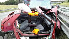 Nehoda dodávek a osobního auta blokovala dálnici. Řidička auta se vážně zranila