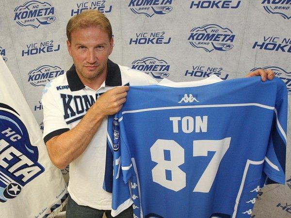 Nejproduktivnější hráč uplynulého ročníku hokejové extraligy Petr Ton bude vpříští sezoně hráčem Komety Brno