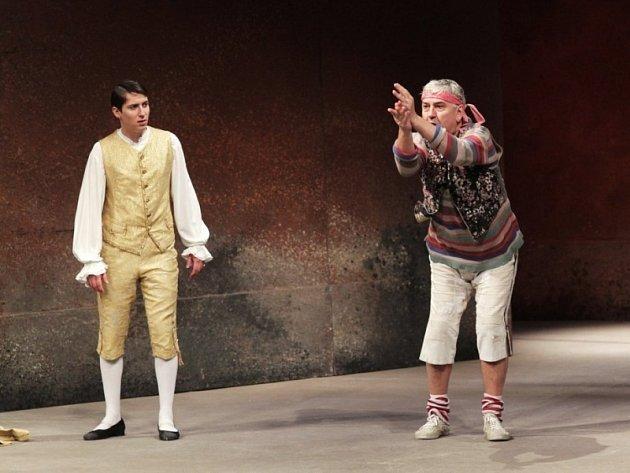 Martin a Miroslav Donutilové (na snímku zleva) spolu hrají v pražském Národním divadle krátký výstup v legendární inscenaci Sluha dvou pánů. Teď se potkají také v brněnské Huse na provázku.