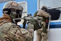 Výkřiky a výstřely se nesly v sobotu okolím brněnské Malé Ameriky. Ozbrojené zálohy na tamních kolejích trénovaly, jak se chovat při nečekaných situacích, které jejich členy mohou potkat při rutinních kontrolách cestujících.