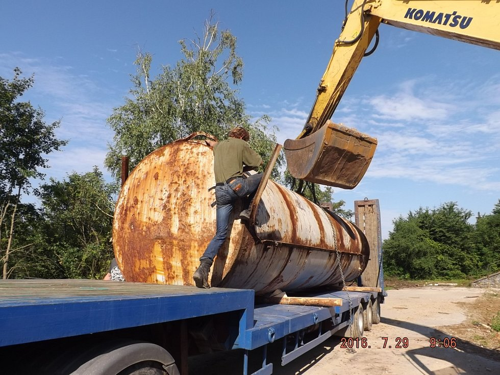 Z legendárního hotelu Přehrada na břehu Brněnské přehrady už nezůstalo vůbec nic. V pátek totiž nákladní auta odvezla poslední kusy původní stavby, nádrže na lehký topný olej.