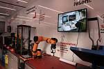 Kamion s návěsem o výměře přibližně 44 m2 má zázemí pro dva lektory a moderní vybavení čítající desítku přístrojů: laserová řezačka, 3D tiskárny, robotické rameno, CNC frézka, řezací plotr, elektronový mikroskop, elektro a mecha dílna.